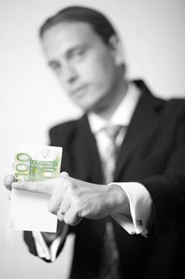 Zauberkünstler Rene verwandelt Papier in Geldschein